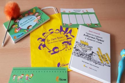 Гласник поделио пакетиће основцима у две школе у Куршумлији и Сврљигу